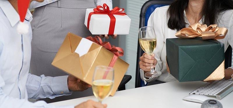 Quà tặng doanh nghiệp là gì? Bật mí top món quà tặng cao cấp